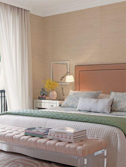 A delicadeza dos diferentes tons de rosa contagia o ambiente de 21 m² decorado pela arquiteta Zize Zink. Aplicado nas paredes, o revestimento de palha de sisal garante uma sensação de acolhimento, que foi reforçada pela combinação de tecidos macios, como o veludo da cabeceira. A cama da Auping (Collectania) ganhou cabeceira de veludo do Empório Beraldin. Na parede, palha da Tecdec. Criado-mudo da Casapronta.