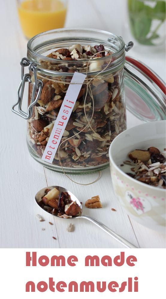 Een heerlijk gezond ontbijt, zonder toegevoegde suikers. Deze zelfgemaakte notenmuesli is een goede start van de dag! http://www.gezondheidsnet.nl/noten-zaden-en-granen/homemade-notenmuesli #muesli #ontbijt #gezond