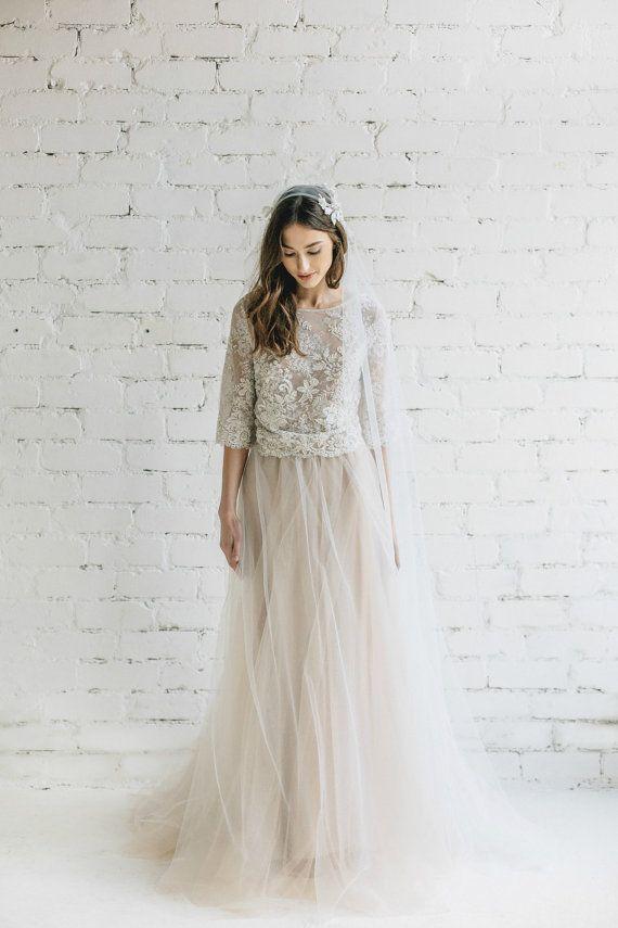 Böhmisches Brautkleid in der Farbe Campagner. Zweiteilig bestehend aus Tüllrock und Spitzenpoberteil. Auf Etsy.