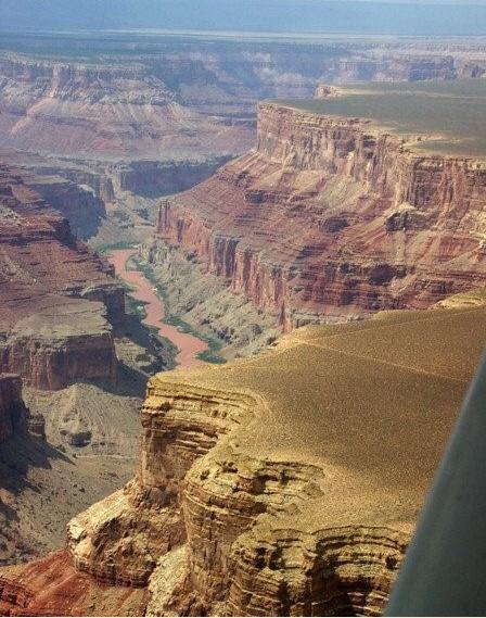 미국의 그랜드캐년의 모습이다. 누구나 가보고 싶어 한다는 이곳은 수평하게 쌓인 지층이 풍화,침식을 받아 절벽과 계곡이 생긴 곳이다. 단면을 통해 지층의 나이, 순서 등을 알수 있으며 지질학적으로 중요한 곳이다.