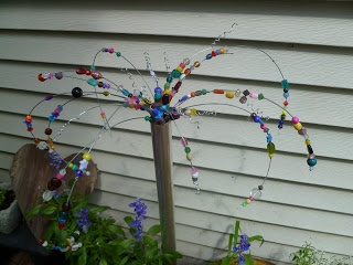 instructions for making a beaded garden sparklerGardens Ideas, Birthday America, Happy Birthday, Crafts Ideas, Vintage Cottages, Gardens Sparklers, Yards Art, Beads Gardens, America Rain