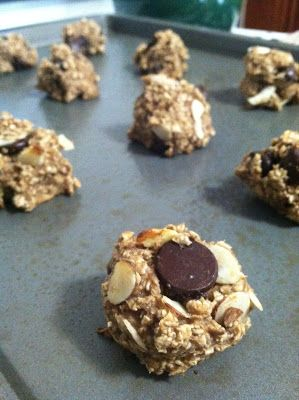 """HEALTHY """"cookie"""" - 46 Calories. All you need is bananas, quick oats, a sprinkle of cinnamon, and your favorite toppings! (dark choc chips and sliced almonds pictured here)"""