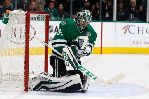 Dallas Stars goalie Kari Lehtonen (32) makes a save on a shot by the Florida Panthers during the second period of an NHL hockey game in Dallas, Saturday, Dec. 31, 2016. (AP Photo/Michael Ainsworth)