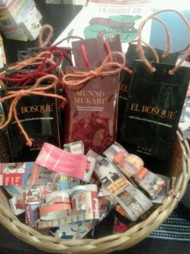 sacchettini regalo reciclati dai pacchetti di caffè e fiocchetti fatti con copertine di riviste: prepararsi al Natale...riciclando!!!