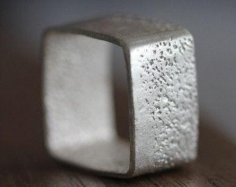 Handgemaakte gehamerd zilver draad ring door Storiesofsilversilk