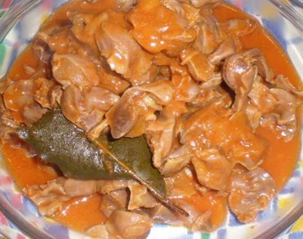 Les gésiers sont faits avec certains ingrédients portugaises plus typiques comme les tomates, l'oignon, l'ail, très présent dans la plupart des plats.