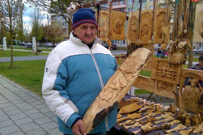 Ilustračný obrázok k článku FOTO: Zaujímavý osud rezbára z lučeneckých trhov. Z dreva čaruje vďaka chorobe