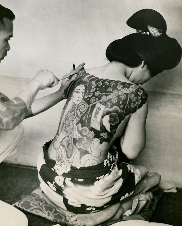 IlPost - Una donna giapponese si fa tatuare, nel 1937 (AP Photo) - Una+donna+giapponese+si+fa+tatuare,+nel+1937 (AP+Photo)