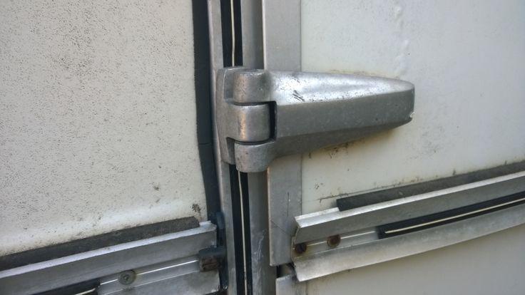 Recherche pièces détachées pour ma caravane. La porte du bas est a refaire...où trouver des charnières ???