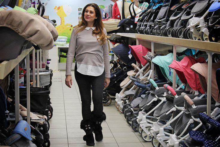 Ezerszínű boltunkban a választék, Horváth Évának sem könnyű a döntés! Te már beszerezted a megfelelő babakocsit? #babyshop #babystuff #strollers #carseat #horvatheva #babaszafaribababolt