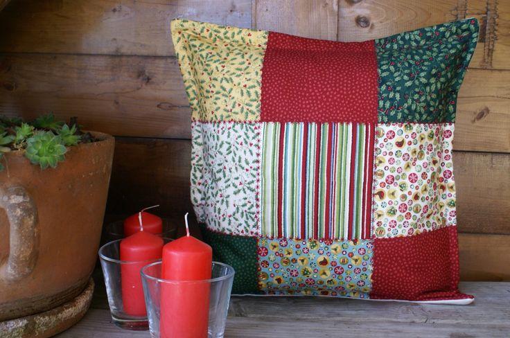 Povlak na polštář Vánoční (malý sešívaný) Sešívaný povlak na malý polštářek je plný barev, vyšívaný červeně. Naladí vás na Vánoce raz dva:) Velikost: 35 x 35 cm (vejde se i výplň 40 x 40 cm) Materiál: bavlna, dřevěné knoflíky Přední strana povlaku je ušita z látek s vánočními motivy. Prošití křížkové červenou nití. Zadní strana z bavlněné ...