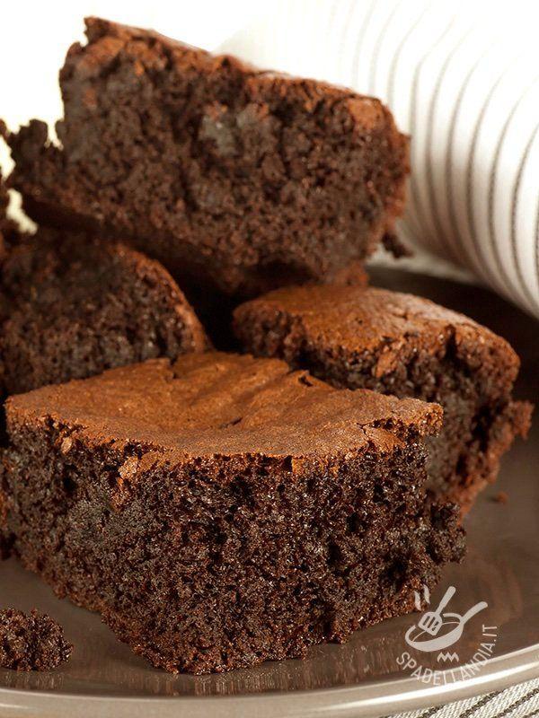 Dark chocolate brownies - Di origine anglosassone, i Brownies al cioccolato fondente sono davvero squisiti! Potete anche arricchire l'impasto con nocciole tritate grossolanamente.