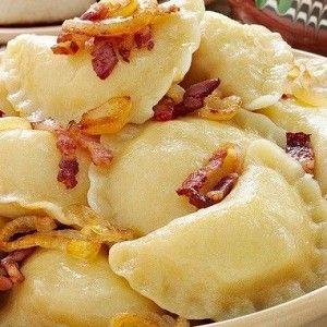 Вареники с картошкой  Картофель для пюре (желтый, лучше воронежский или тамбовский) отварить и промять толкушкой, чтобы остались небольшие комочки: так как начинка очень простая, ей обязательно нужна неоднородная текстура.