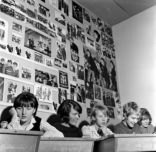 Beatles-faneja koululuokassa vuonna 1964. Kuva: Helsingin kaupunginmuseo/Volker von Bonin