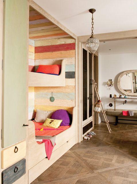 Deco parisina: camas empotradas en adorable cuarto para niños con mucha madera y colores cálidos (naranja, amarillo, violeta) en una reforma de la decoradora Elodie Sire en Saint-Germain-des-Prés. Fotos: gentileza Stephen Clement