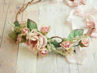 Corona flores como complemento ideal #peinado #ceremonia