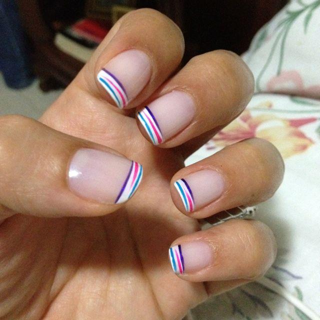 Mi segunda creación!!!  Primero se hace la franja blanca gruesa y después con un pincel delgado se hacen las rayas de colores