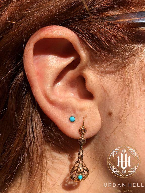 Piercing 2º lóbulo con cabochón de turquesa de neometal #Piercing #PiercingOreja #PiercingSegundoLobulo #SegundoLobulo #Neometal #PiercingEar #PerforacionOreja