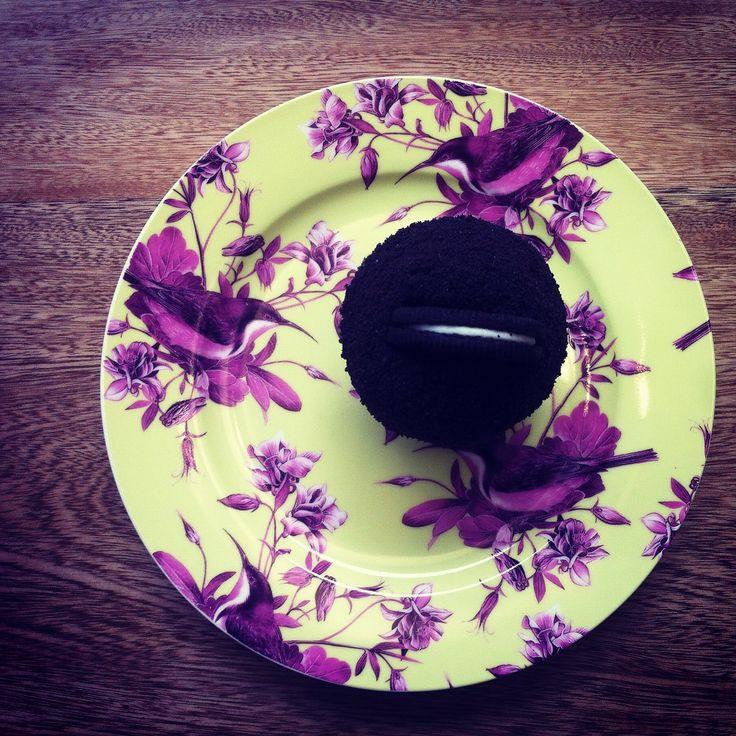 Nuestro Cookies & Cream, con chocolate semi amrgo para los amantes del chocolate, pídelo en nuestra tienda online en www.homebaked.com.co