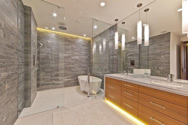 design de la salle bain: revêtement en pierre et mobilier en bois