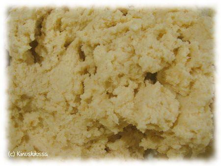 Monikäyttöinen murotaikina sopii niin piirakoiden tai leivosten pohjaksi kuin pikkuleiviksi. Tässä on koottuna tietoa siitä, mitä kaikkea murotaikinasta voi leipoa. Erilaisia murotaikinapohjaisia piirakoita kokoan Makeat piirakat -osioon. Murotaikinasta tehtyjä pikkuleipiä löytyy puolestaan Pikkuleivät-osiosta. Ainekset: 125 g voita tai margariinia 1 dl sokeria 1 muna 3 ½ dl vehnäjauhoja 1 tl leivinjauhetta 2 tl vaniljasokeria Vatkaa […]