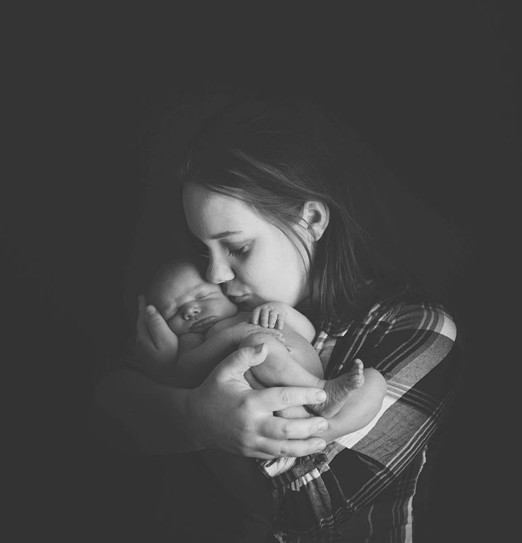 Every moment with your new baby is special.Capture it. #novascotiafamilyphotographer #halifaxfamilyphotographer #newbornphotography #newborn #halifaxnewbornphotographer #novascotianewbornphotographer #kseniapphotography #blackandwhitephotography