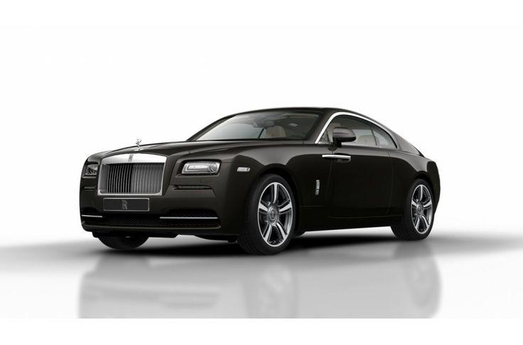 Wraith verlegt alle grenzen van Rolls-Royce. De verticale grille is 45 mm naar achteren geplaatst voor een imponerend uiterlijk, terwijl de dubbele uitlaat direct in het oog springt. Coach deuren zonder ruitlijsten en het ontbreken van een B-stijl zorgen voor een elegante touch en vergemakkelijken het in- en uitstappen bij de Wraith.