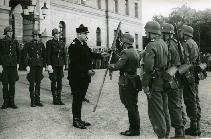 Oslo 1942, Sep. 7th. Outside the Royal Castle. Vidkun Quisling with soldiers from Den norske legion (Freiwilligen-Legion Norwegen), a Waffen SS unit.