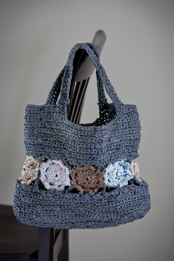 Crochet Plarn Tote Bag Pattern : Grey Plarn Tote Bag with Inset Floral Motif