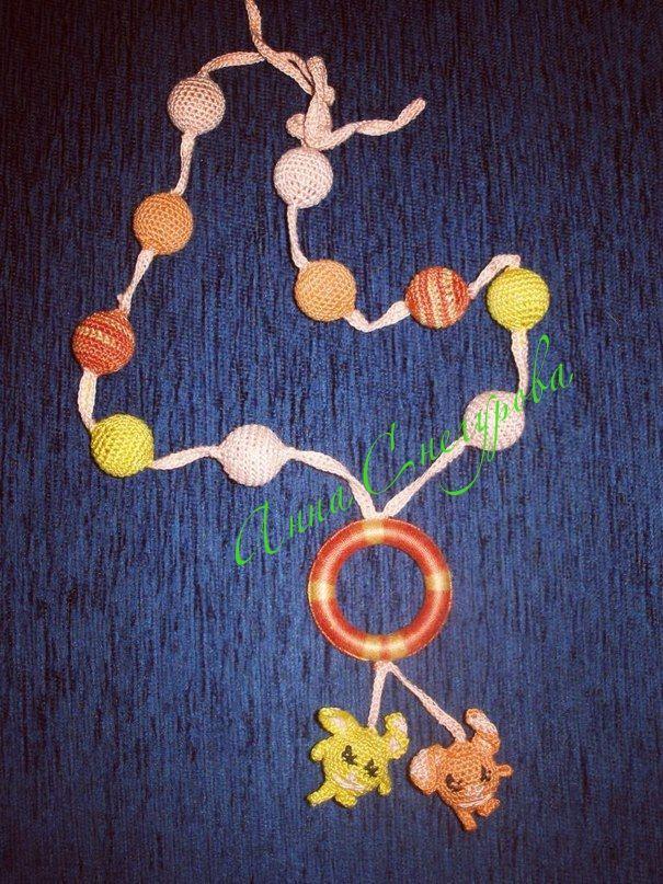 Слингобусы-уникальные вязаные бусы ручной работы!! Длина без застёжки -84 см. С помощью застёжки - шнура можно отрегулировать длину бус до 90 см. Диаметр бусины -1,5 см. Материалы: пластиковые бусины-основы, нить хлопковая натуральная, пластиковое кольцо