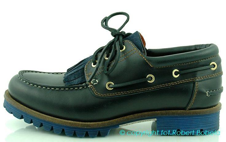 Mokasyny są to buty wzorowane na indiańskim pierwowzorze. Buty męskie mokasyny Ambitious wykonane są z miękkiej naturalnej skóry, sznurowane i na płaskim obcasie. Początkowo mokasyny były produkowane głównie dla mężczyzn, obecnie również dostępne są mokasyny damskie. http://zebra-buty.pl/model/3918-meskie-mokasyny-ambitious-2032-006