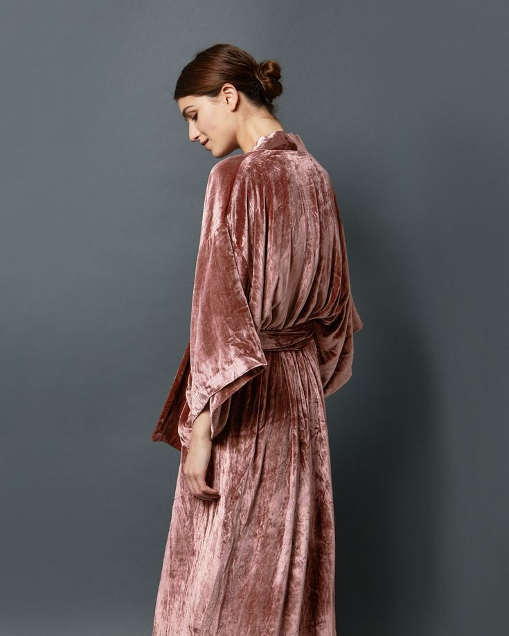 Sumptuous long gown with traditional kimono sleeves in a fluid silk and viscose velvet. Two pockets. Tie belt. Lined.