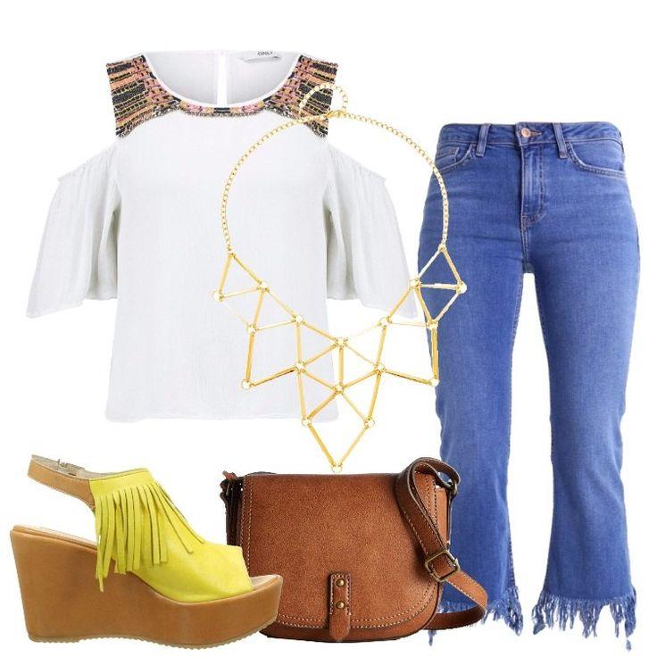 Un outfit pensato per una donna Petite, sempre attenta alle tendenze moda: jeans a zampa, vita normale, lunghezza 7/8, orlo con frange, tasche, abbinato a camicetta bianca, dettaglio multicolore, perline, spalle scoperte, maniche 3/4. Sandalo in pelle gialla, cinturino, frange, plateau, zeppa, borsa a spalla cuoio, collana geometrica color oro.