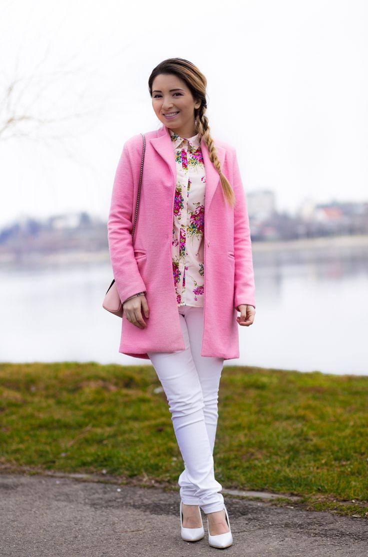 Andreea Ristea - tinuta de primavara, palton roz pastel, camasa cu imprimeu floral, pantaloni albi skinny, pantofi stiletto albi. Cum purtam?