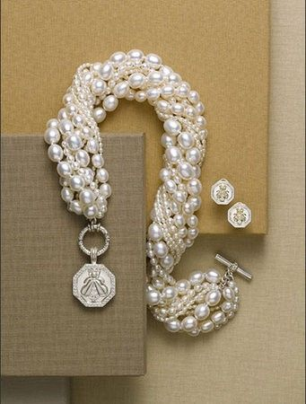 i think i'll make something like this for myself for new years eve...white pearls and gold chain of different sizes.