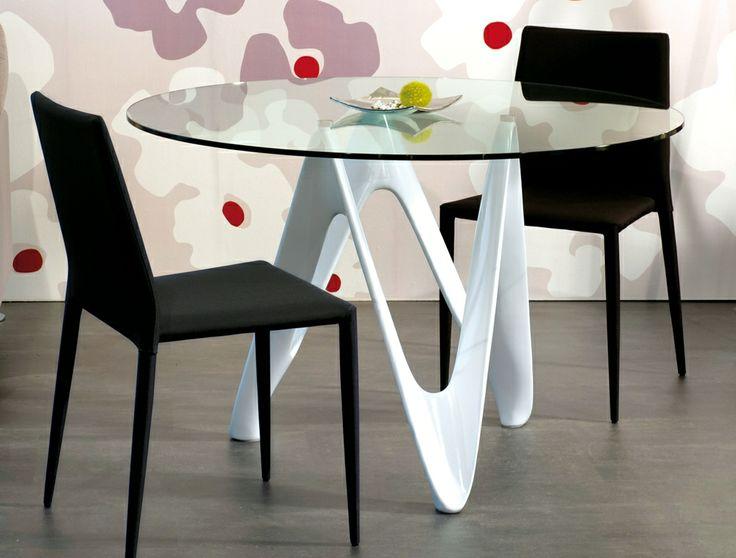 Singular mesa de comedor con sobre circular de cristal. El píe se fabrica en diferentes colores.