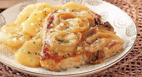 Χοιρινές μπριζόλες με κρεμμύδια και πατάτες στη γάστρα