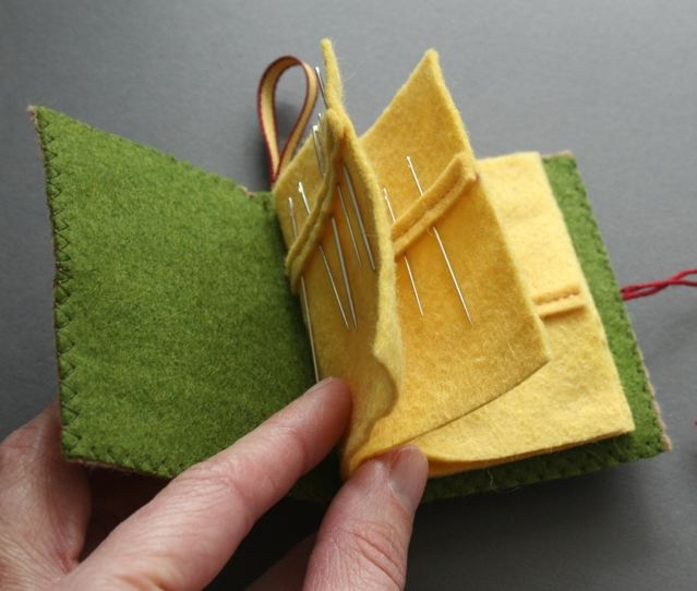 mmmcrafts: needle book ooh, nice idea with the small strip of felt atop the page to simulate the packages needles come in