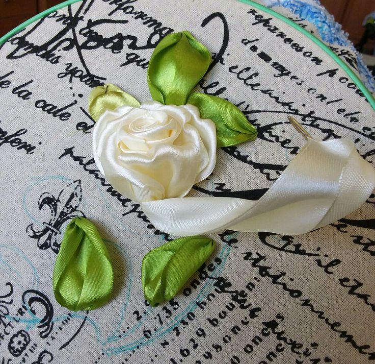 Процесс вышивки розы атласной лентой.