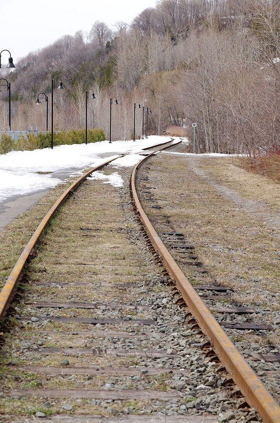 Le chemin de fer qui se dirige vers la Baie St-Paul et Petite Rivière St-François, dans Charlevoix, lieu de pentes de ski et d'un panorama unique.   Ces voies, nous devons les traversées pour aller à la Chute Montmorency lorsque l'on vient du Boul. Ste-Anne près de Québec.
