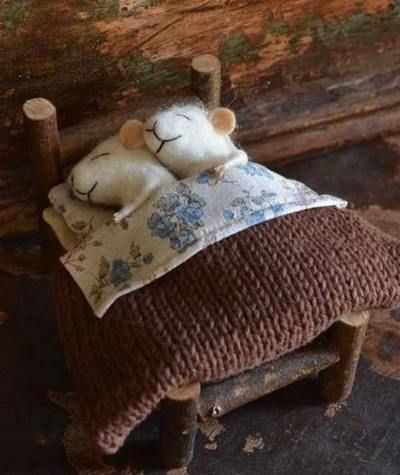 little felt mice with knitted blanket (not a pattern but they're too cute not to re-pin)