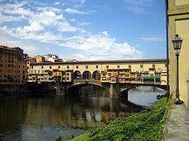 El Ponte Vecchio. Puente medieval sobre el río Arno en Florencia, (Italia). Símbolo de la ciudad y uno de los puentes más famosos del mundo. Atraviesa el río Arno en su punto más estrecho. Vasari atribuye su diseño al arquitecto y pintor italiano Taddeo Gaddi.
