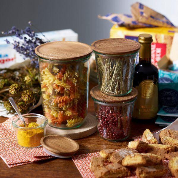 """食品を保存することが増えた現在では、大きさや材質、色やデザインが異なる多種多様の保存容器が販売されています。その中で、長きに亘って愛用されている、素晴らしい保存容器があります。キッチンでお米やコーヒー豆、保存食を入れて主役級の存在感を放つガラス瓶の保存容器や、常備菜をいれたい琺瑯の容器など、""""名作""""と呼ぶに相応しい保存容器の数々をガラス・ホーロー・耐熱プラスチックの材質別に紹介します。"""