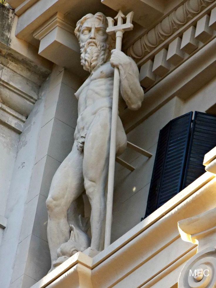 Escultura alegórica a Poseidón. Edificio Menéndez Behety.