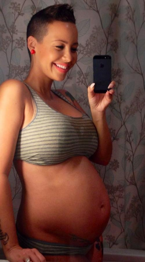 Amber Rose, has to be my favorite Preggo celeb. She carries it so well