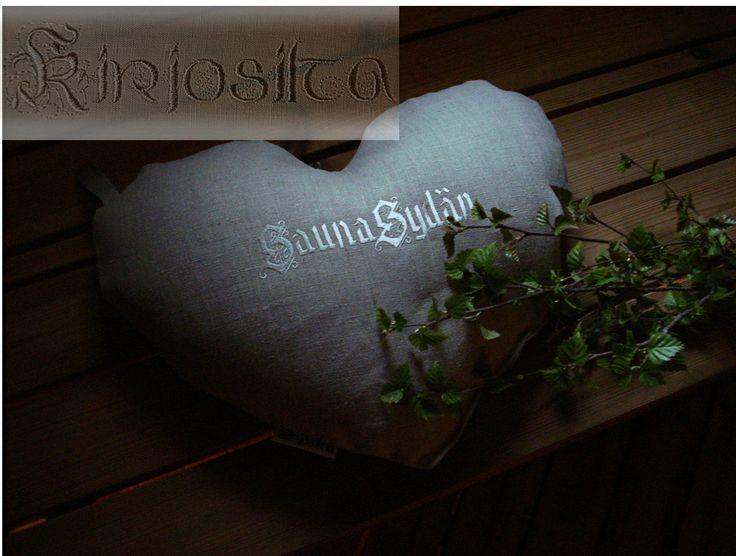Saunatyyny SaunaSydän. Pellavaa ja sisällä styrox-rae. Sydän vain nurinpäin ja lauteille pötköttelemään. Sydämen kaari tukee mukavasti niskaa. www.kirjosilta.fi