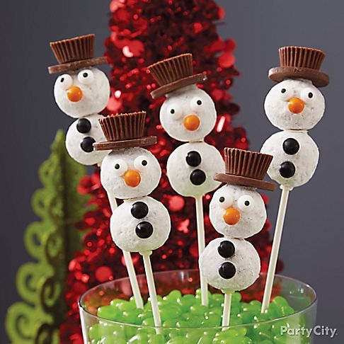 These Snowman Cake Pops are bringing magic to the party! Liven them up with peanut butter cup & chocolate coin top hats! It's easy to bring these treats to life! Just click & follow our step-by-step instructions.