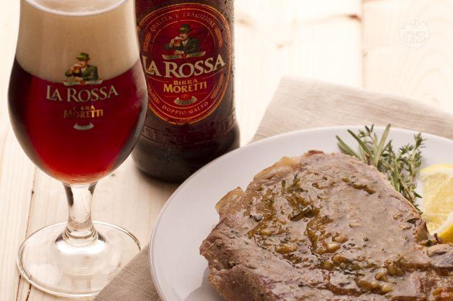 Le braciole di maiale alla birra ed erbe aromatiche sono un secondo piatto sfizioso e saporito.
