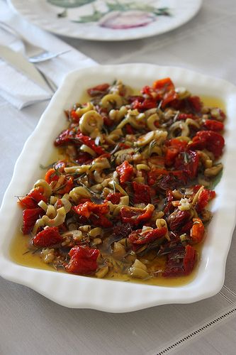Kahvaltı & Çeşnili Zeytinyağ  MALZEMELER 1/2 su bardağı sızma zeytinyağ 4-5 adet kurutulmuş domates 5-6 adet ceviz 5-6 adet yeşil zeytin 2 diş sarımsak 1 çay kaşığı kuru biberiye  YAPILIŞI 10 dk. sıcak suda bekletilen kuru domatesler süzülüp, minik minik doğranır. Yeşil zeytinler doğranır, cevizler kırılır ve sarımsaklar da ezilir. Biberiyeler de avuçta ufalanarak diğer bütün malzemelerle birlikte zeytinyağa ilave edilir. Ağzı kapalı bir kapta bir gece buzdolabında bekletilip, yayvan bir…