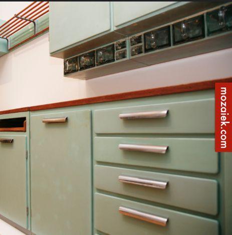 De keuken in een jaren 30 huis is vaak niet groot, breek je de muur door naar de woonkamer dan heb je waarschijnlijk de mogelijkheid om het toilet groter te maken. Een Piet Zwart keuken kan nog steeds nieuw worden geleverd, maak het mooi …